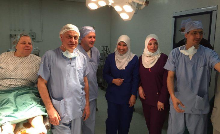 I chirurghi PBS in sala operatoria al Cairo